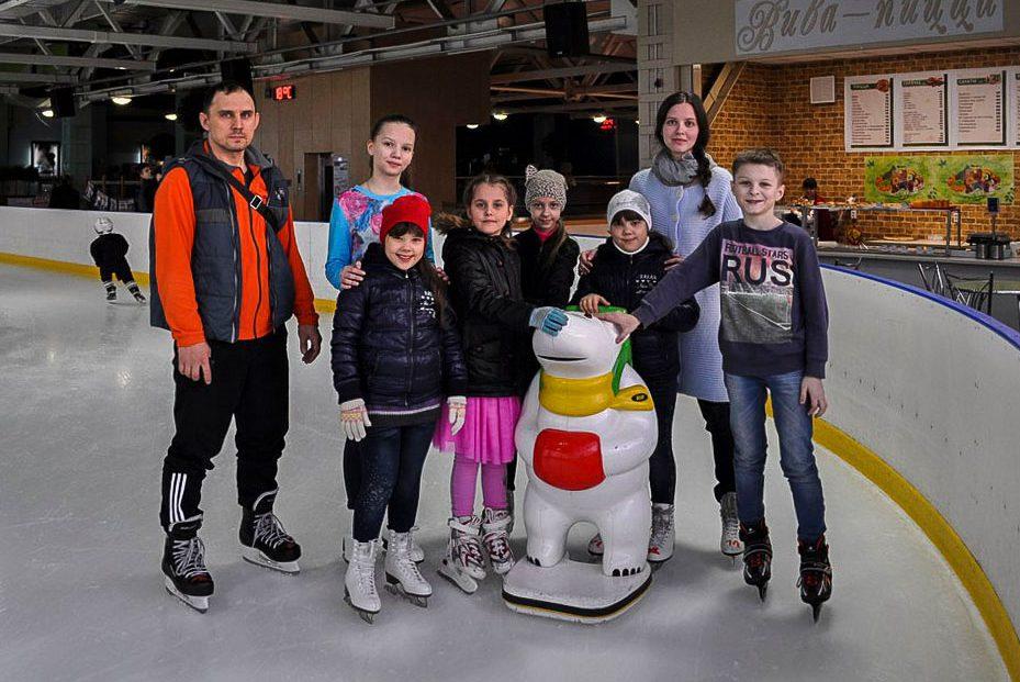 В праздник Благовещения воспитанники Воскресной школы при храме мчч. Адриана и Наталии посетили ледовый каток